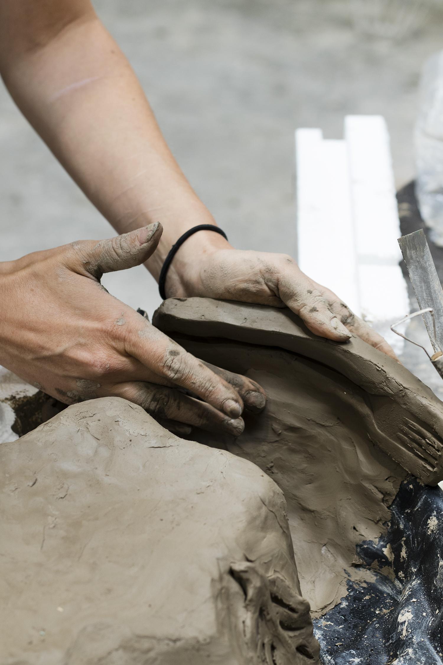 Kirke og Ida arbejder på et fælles værk. Foto © I DO ART Agency.