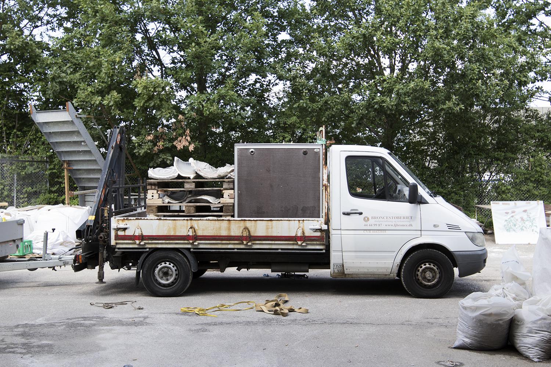 Broncestøberiets lastvogn læsset med Adam Fentons støbeforme, bronzeskulpturer og indpakkede lærreder. Foto © I DO ART Agency.