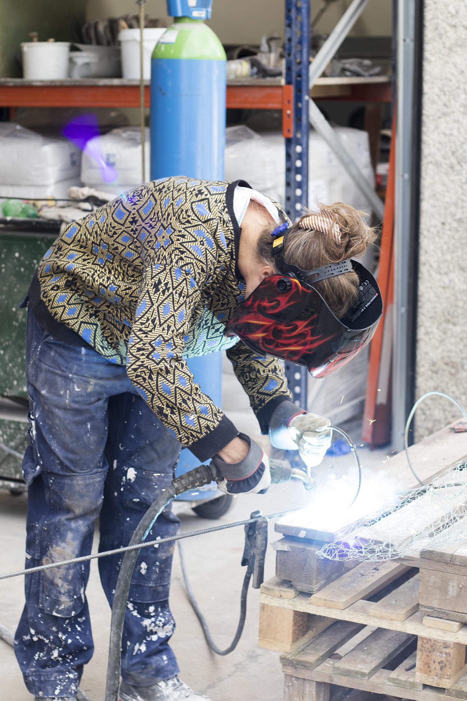 Marie Bonfils arbejder i gården bag 51CTH. Foto © I DO ART Agency.