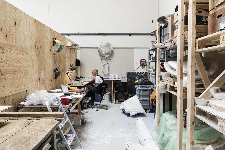 Christine Overvad Hansen i sit atelier. Foto © I DO ART Agency.