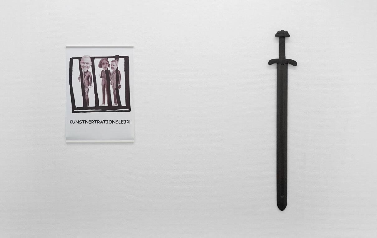 """Anna Walther """"Uden titel�, 2019 (plakat, 59x42cm) og """"Kaldet�, 2019  (vikingesværdsattrap i moseeg, i samarbejde med ORNP). Foto: Sonja Lillebæk Christensen."""