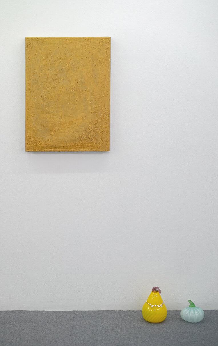 """Anna Walther """"Muren"""", 2019 (lærred, pigment fra kirkegårdsmur, 80x50cm) og """"Sessional Shaman� (detalje), 2019. Foto: Sonja Lillebæk Christensen."""