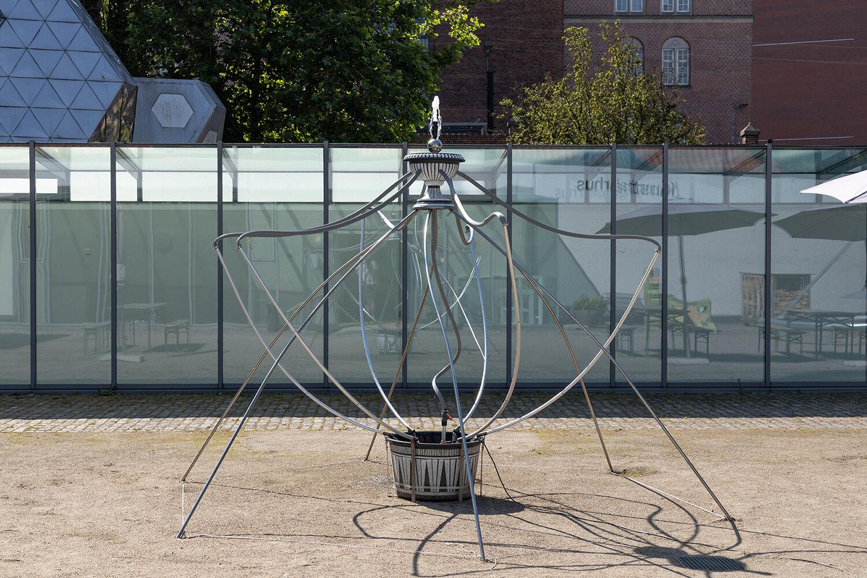 Sofia Duchovny, Fountain (voll im Leben) (2019). Installation view i Skulpturparken, Kunsthal Aarhus. Foto: Mikkel Kaldal.