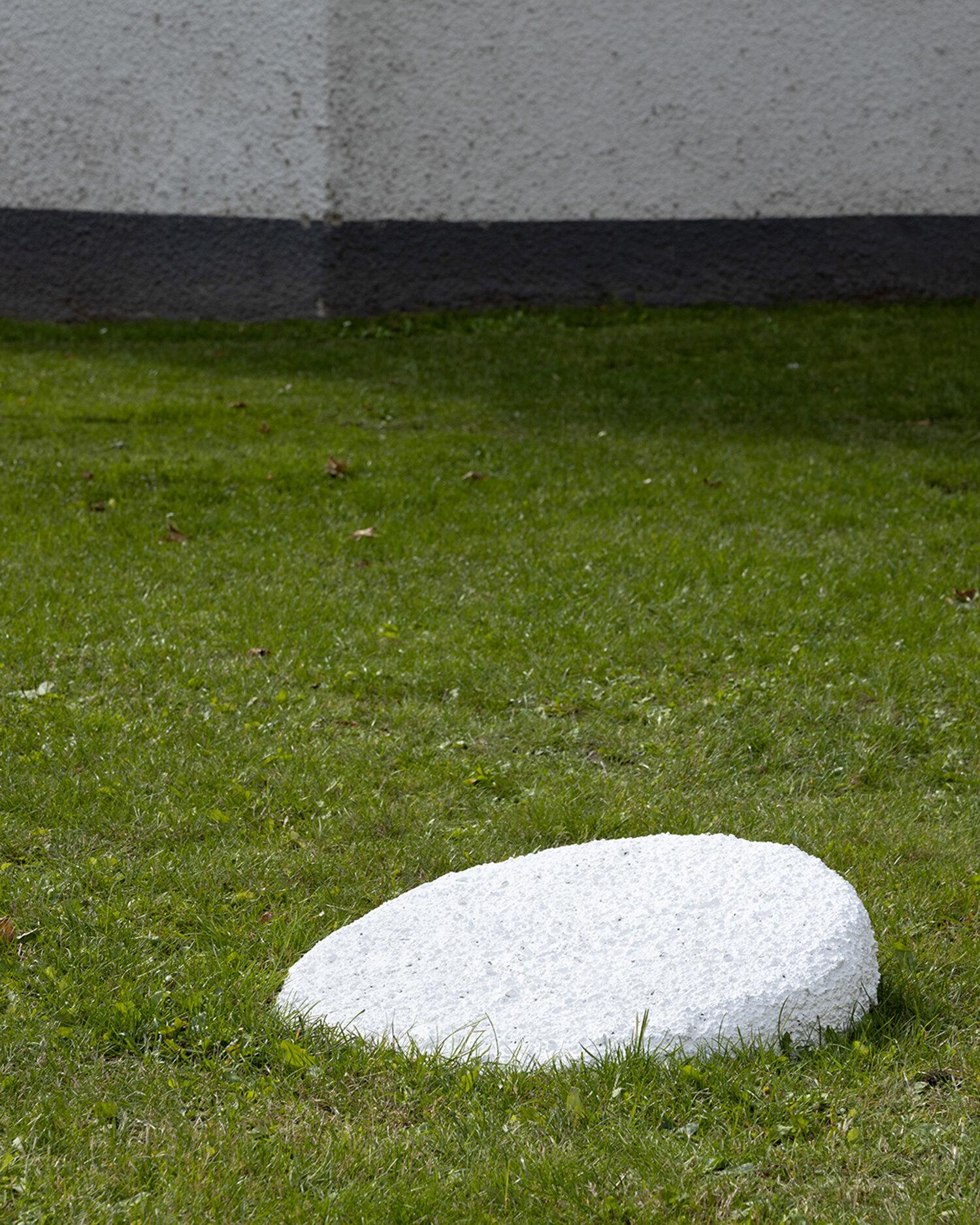 Henriette Heise, The Flanet (the flat planet) (2019). Installation view i Skulpturparken, Kunsthal Aarhus. Foto: Mikkel Kaldal.