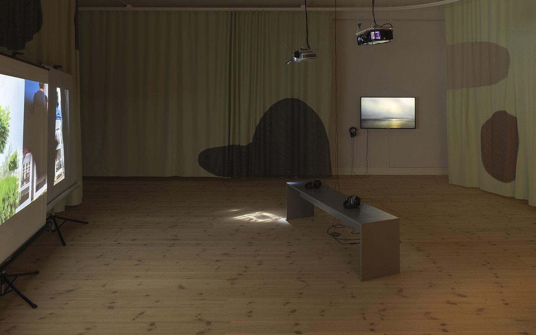 Galleri 1, installation view. Til venstre: Maximilian Schmoetzer, Not Love Alone (2019). Til højre: Linda Karin Larsen, A New Value System (…) (2019). Foto: Mikkel Kaldal.