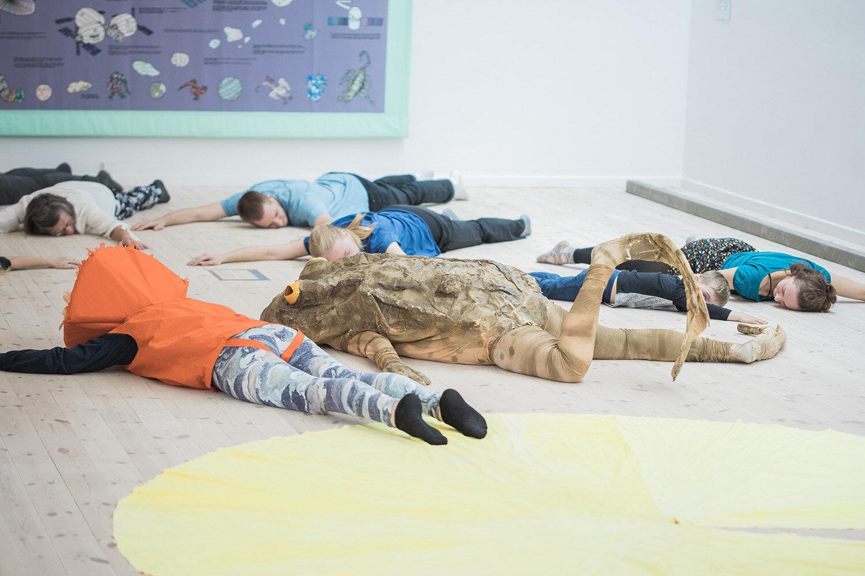 Ingela Ihrman, Evelina Hartwig og Lise Haurum, Frøen og solen går ned i havet (2017). Performance i Kunsthal Aarhus. Foto: Malte Riis.