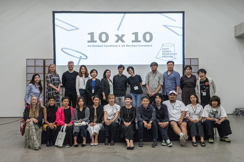 Fællesbillede af deltagende kuratorer, moderatorer og arrangørerne bag Korea Research Fellow 2019. Courtesy of Korea Research Fellow.