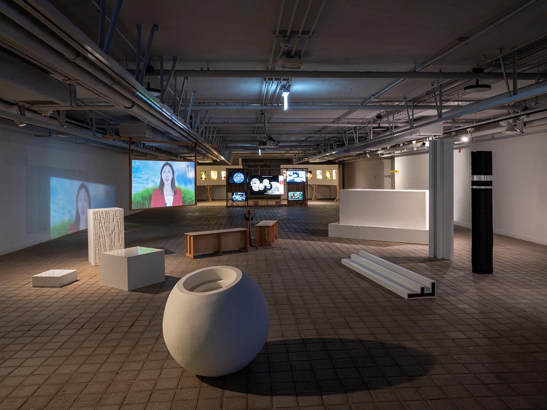 Installation view fra udstillingen ZOOM BACK CAMERA med kunstnerne Im Youngzoo, Kim Heeuk, Hong Jinhwon og Cha Jiryang. Courtesy of Suzy Park.