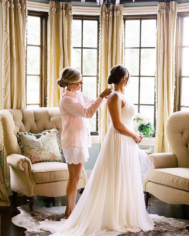 this mother-daughter moment still makes me a little teary + the magic of putting on the dress! it was perfect✨