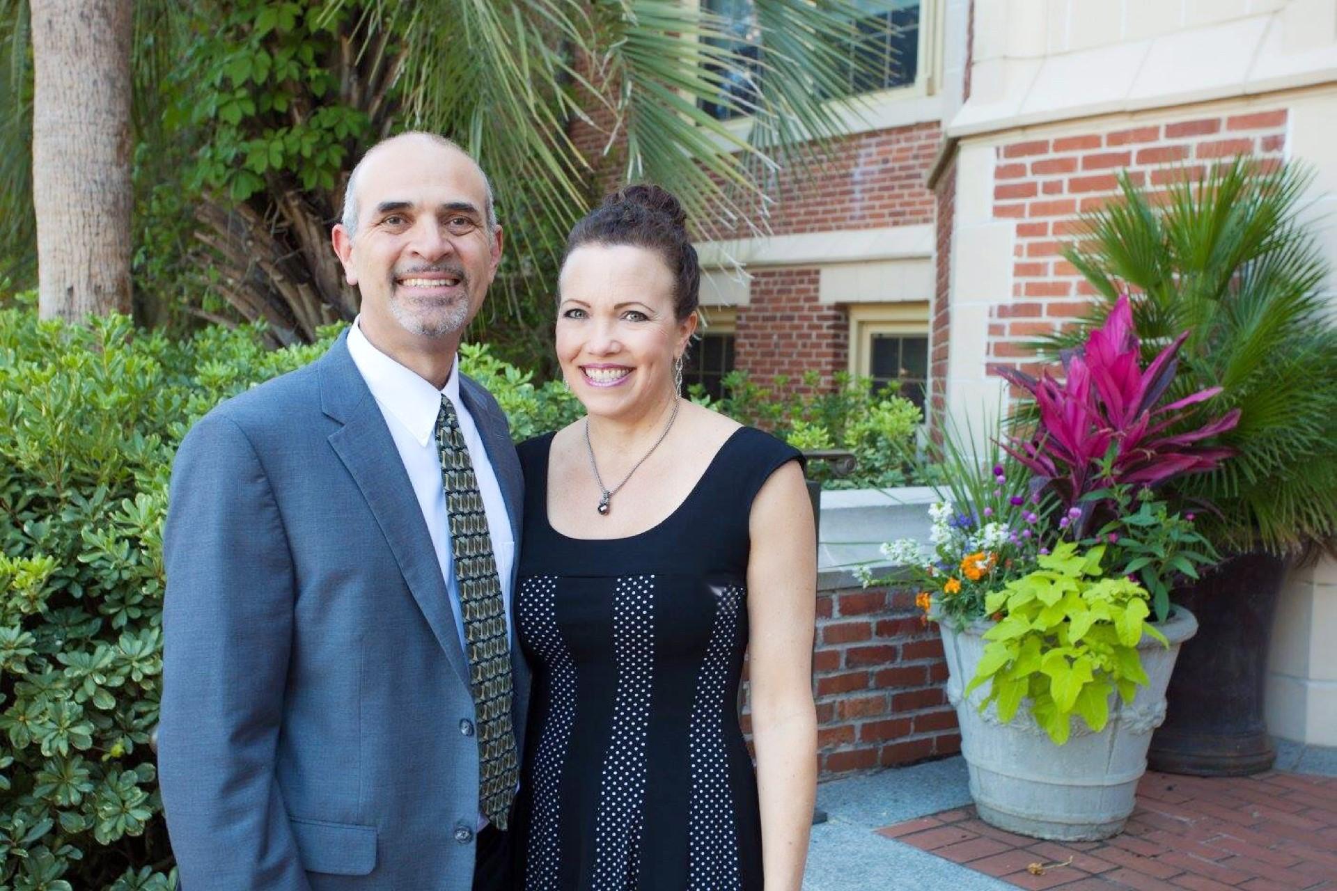Rev. Hernando Saenz, Coordiandor,  y su esposa Debbie, Oficial Creativo