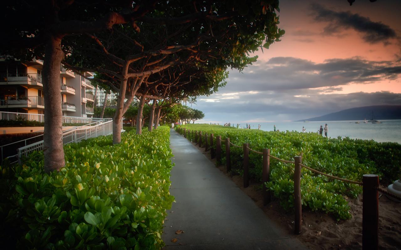 Whaler-Kaanapali-Maui-Vacation-Condo-Rentals-15-Shops-Walkway.jpg
