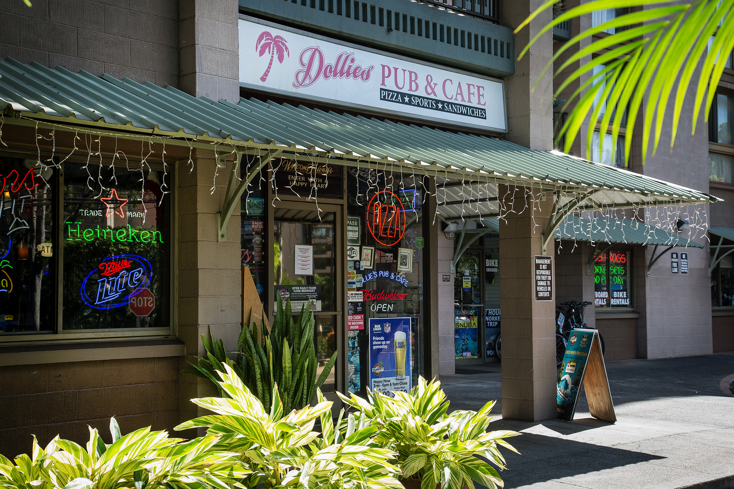 dollies-maui-pub-cafe-kahana.jpg
