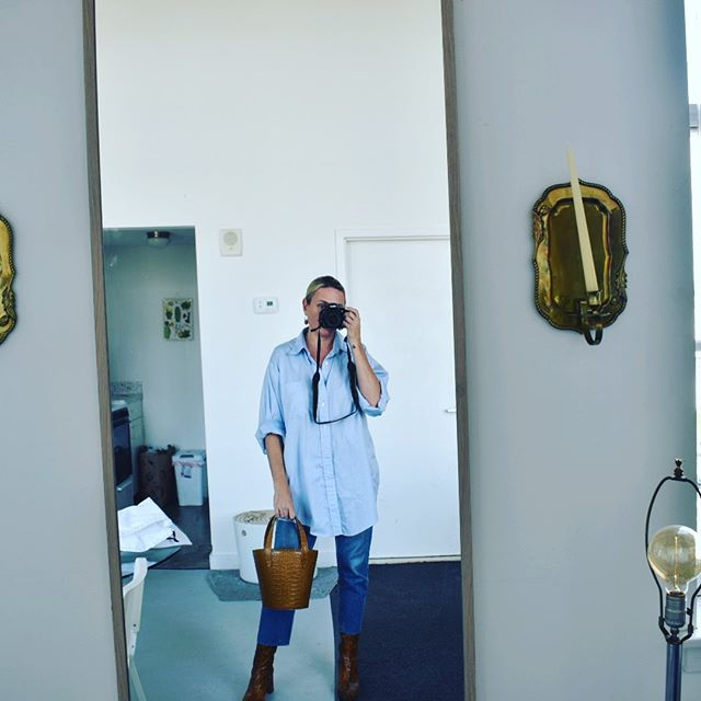 I heard mirror🤳🏻get good engagement so let's engage 😆  Wearing @miista boots and our new Croc Fell Bag ✨