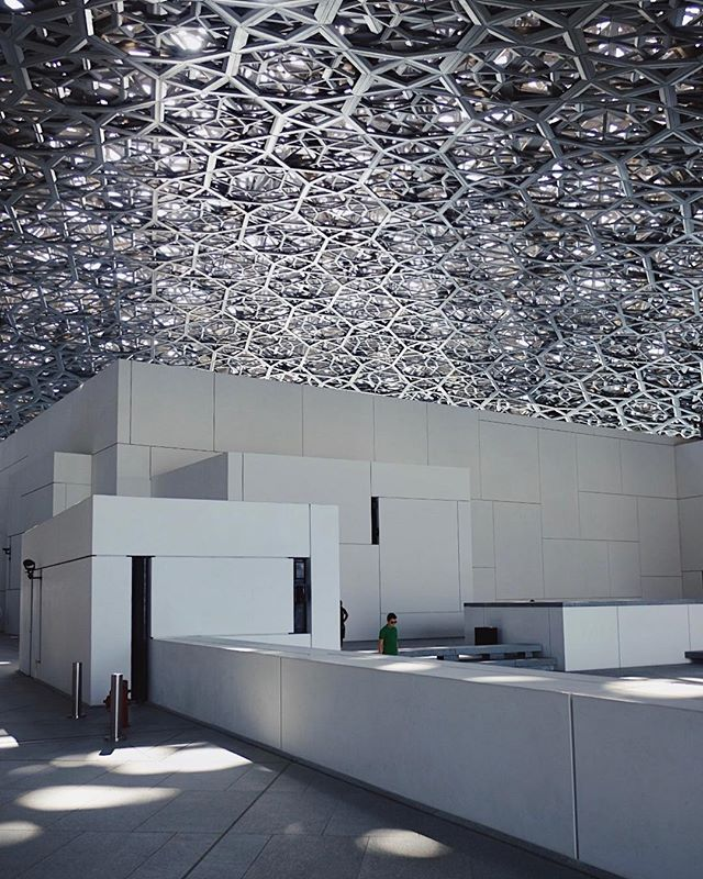 The show stopping feature of the Louvre Abu Dhabi is it's 590 ft diameter dome // it features a metallic eight layer webbed pattern, allowing light to filter through to the spaces below ✨ total magic.