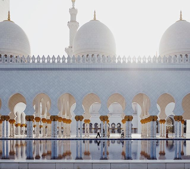 The Sheik Zayed Grand Mosque is an architectural wonder and is large enough to accommodate 40,000 worshippers 🕌