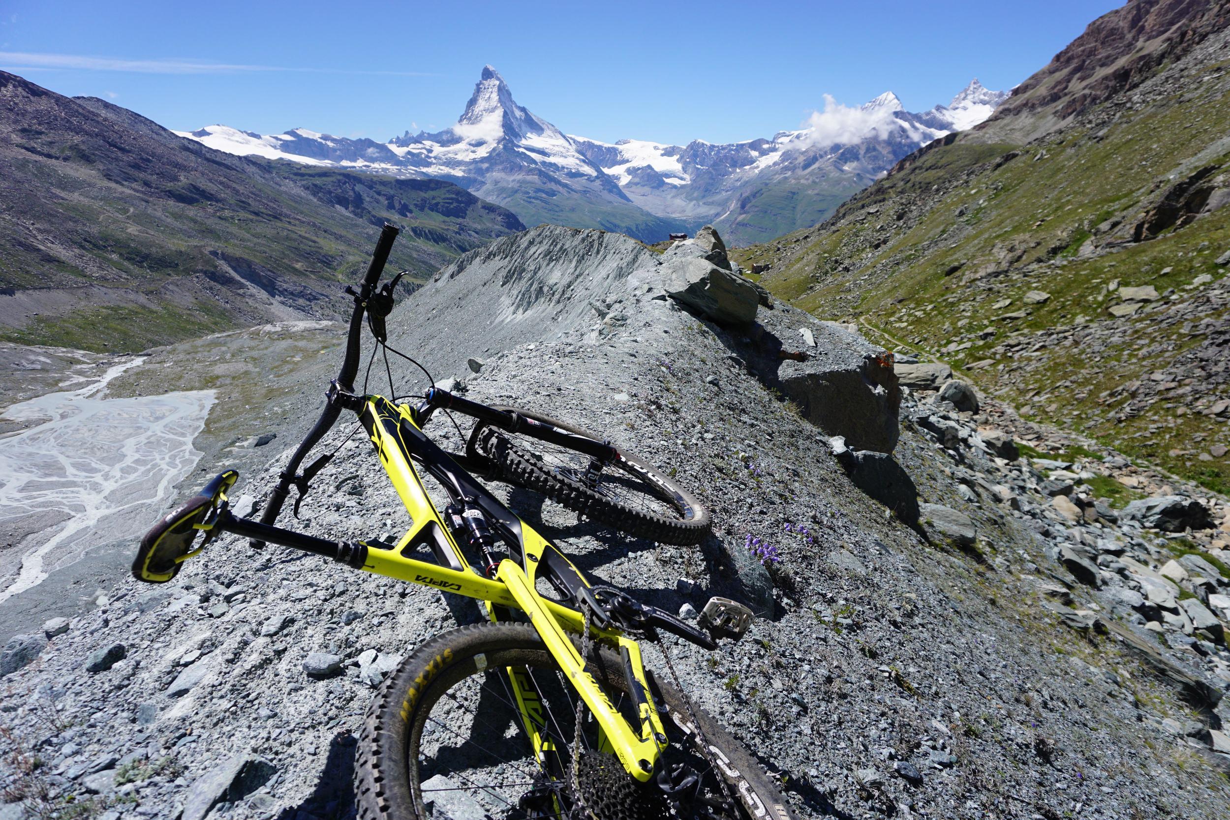 Riding the moraine ridge of the Findel Glacier