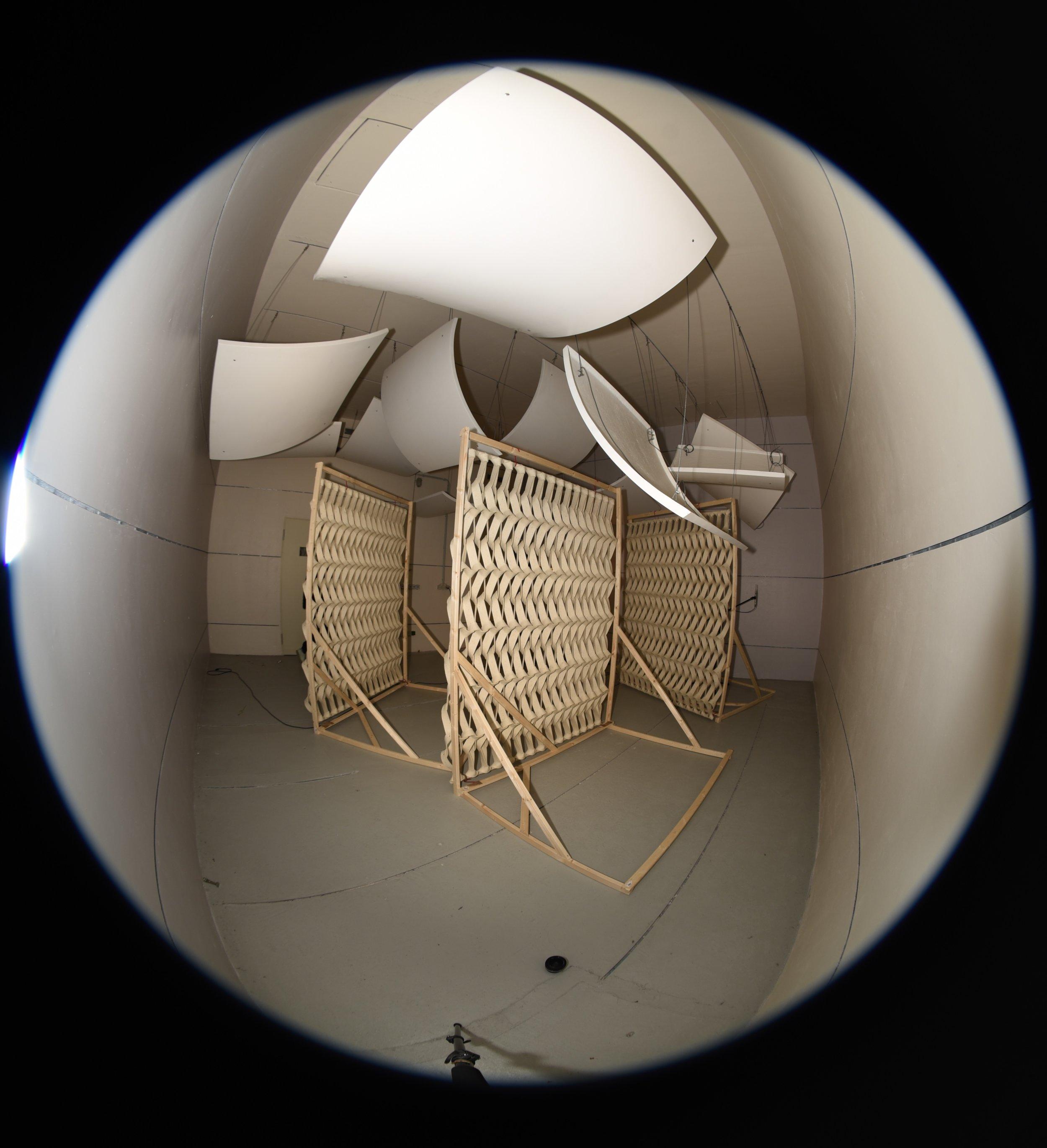 Abbildung: Beispiel der Absorptionsgradmessung mit dem Vorhangstoff  Plectere von Petra Vonk  im Hallraum des Staatlichen Instituts für Musikforschung.