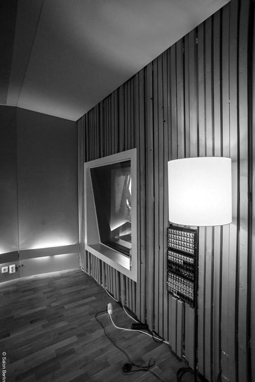 Foto: Beispiel für die Verknüpfung von Akustik, Architektur und dem Design von speziell entwickelten Akustikelementen (Helmholtzresonatoren, Plattenschwingern, Absorbern, Diffusoren) im  Aufnahmestudio Salon Berlin .