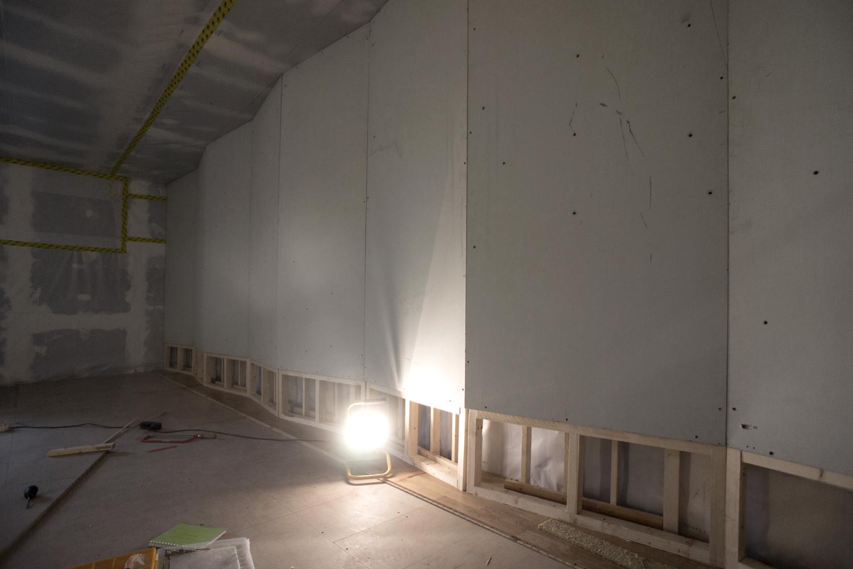 Abbildung:  Im Aufnahmeraum angeordnete Plattenschwinger zur Absorption tiefer Frequenzen. Jeweils zwei Plattenschwinger wurden durch Variation des eingeschlossenen Luftpolsters auf 58, 65, 75 und 92 Hz abgestimmt.