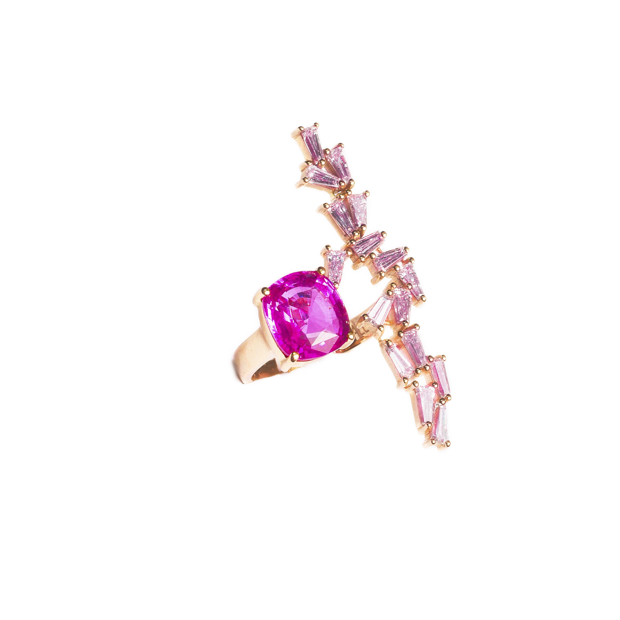 斯里兰卡天然素面粉色蓝宝石(4.53克拉)戒指,配镶长方形切割与梯形切割钻石(总重2.30克拉),18K玫瑰金镶嵌。