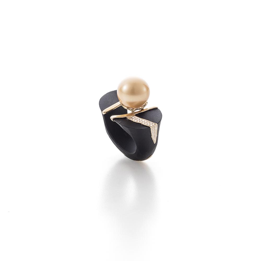 天然南洋金珠(13.5mm),黑玉,18K黄金镶嵌钻石戒指