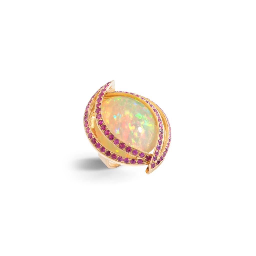戒指:欧泊石,红宝石,18K黄金