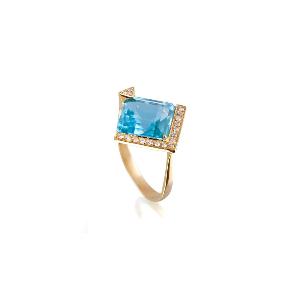 阶梯形切面菱形海蓝宝石产自马达加斯加,戒托密镶钻石。戒托采用 18 K 金制成,戒环采用 925 银制成