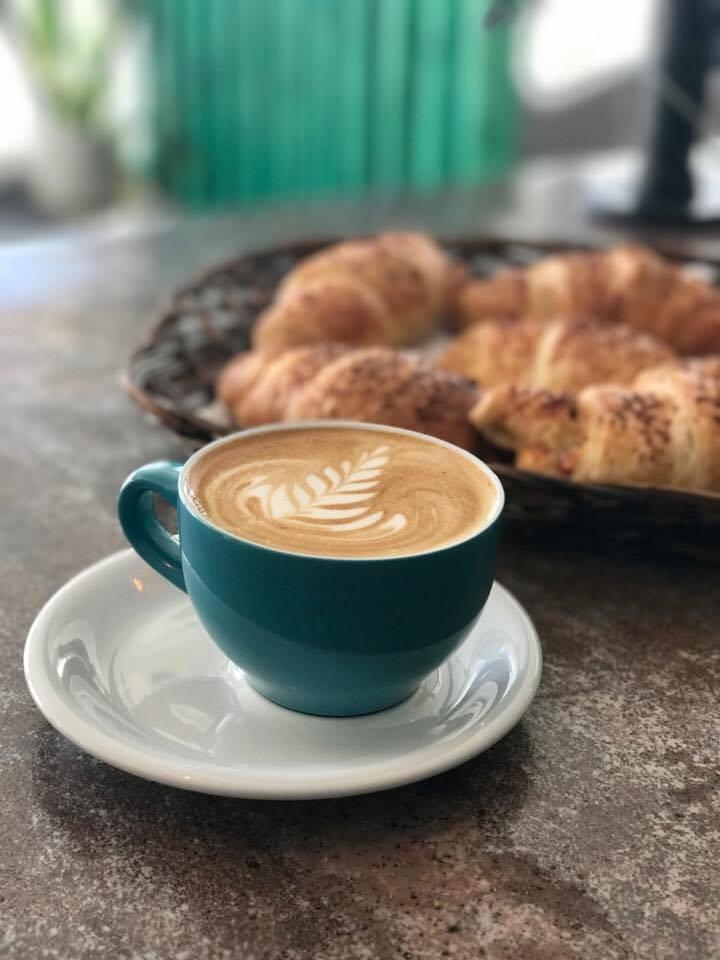 Kaffi og smjördeigshorn.jpg