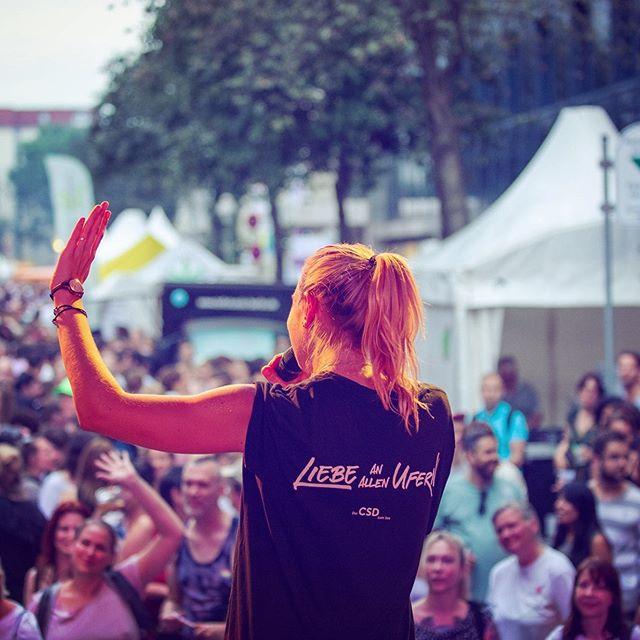 Eine wundervolle #prideweek ist mal wieder wie im Fluge vergangen und ich habe unglaublich viele schöne Momente erleben dürfen. Danke, Berlin, für die vielen vielen positiven Vibes, für's Zeichen setzen, für die vielen bunten Tage und die Liebe, die du durch deine Straßen tanzen lässt. 🥰🙏🏽😌 #thankful #happypridemonth . . . . #happy #pride #july #happypride #csd #csdberlin #goodvibes #loveislove #berlin #berlinevents #endlesssummer #summernights #outinberlin @csd.berlin.pride @csd_auf_der_spree @pride  Photo by @cfoogle