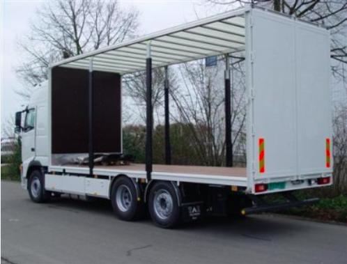 Carrosserie met schuifzeilen helemaal geopend en verwijderd. De vrachtwagen kan van beide zijkanten geladen worden.