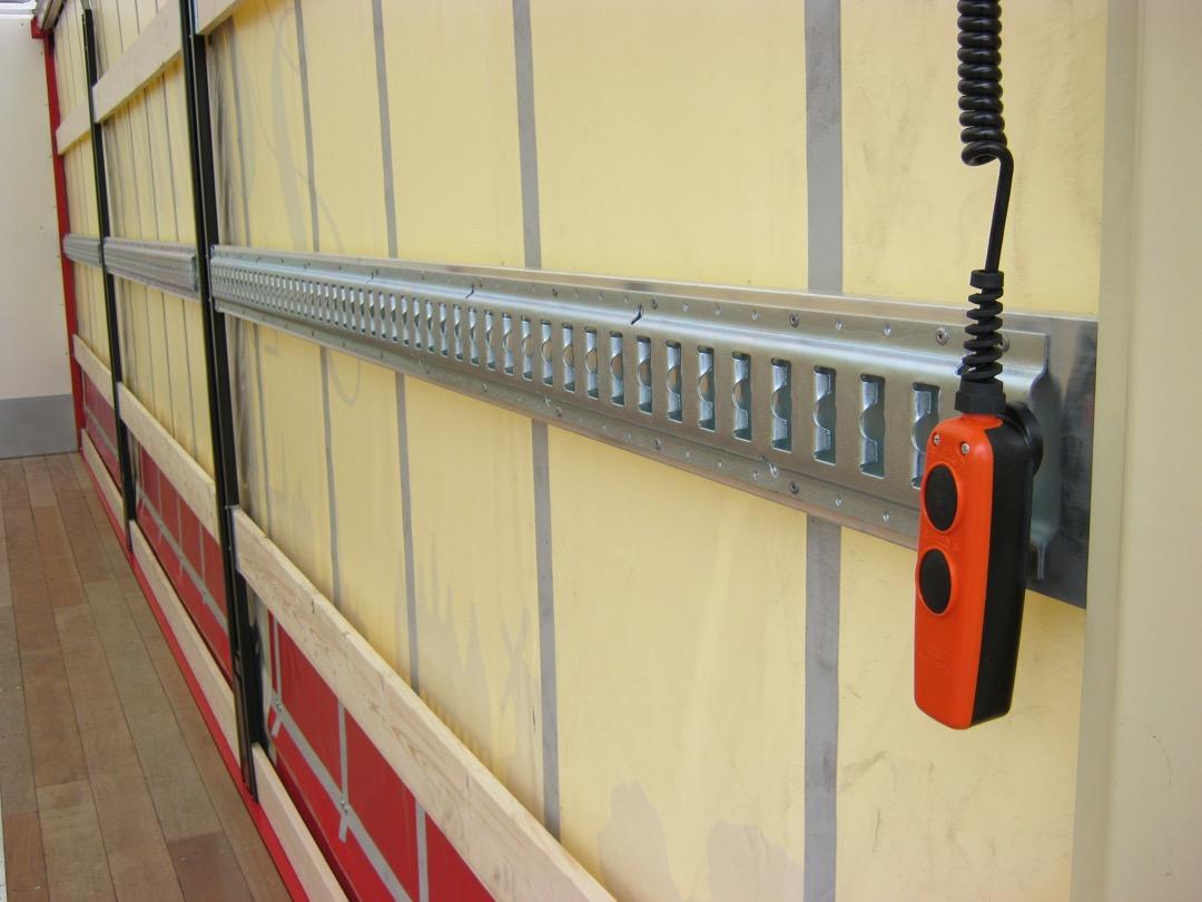Schuifzeilen laadbak met laadklep - rails en bediening laadklep