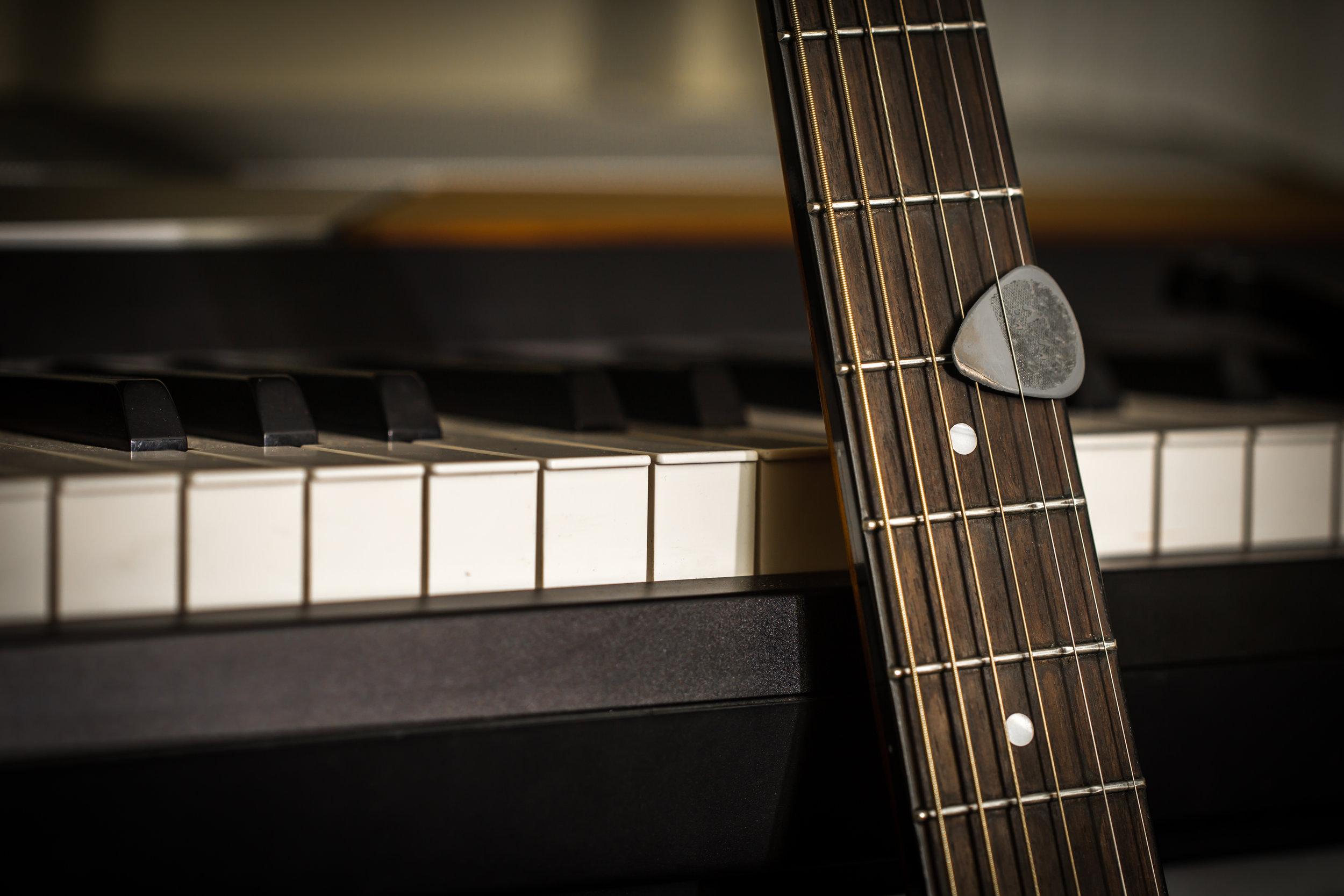 Produção Intimista - A sua música será produzida em estúdio, formato acústico (voz e violão) ou (voz e piano). Esse tipo de produção leva menos tempo e utiliza um número menor de instrumentos e profissionais envolvidos, acarretando em menor custo.