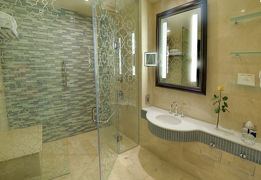 BATHROOM-ACCESSIBLE-TWO-BEDROOM-SUITE-WITH-HARAM-VIEW-HR.jpg