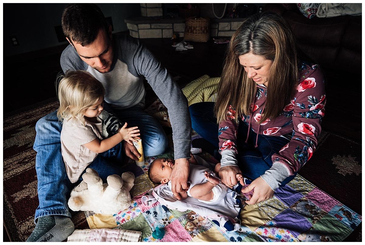 newborn-in-home-storytelling-photo-session_0176.jpg
