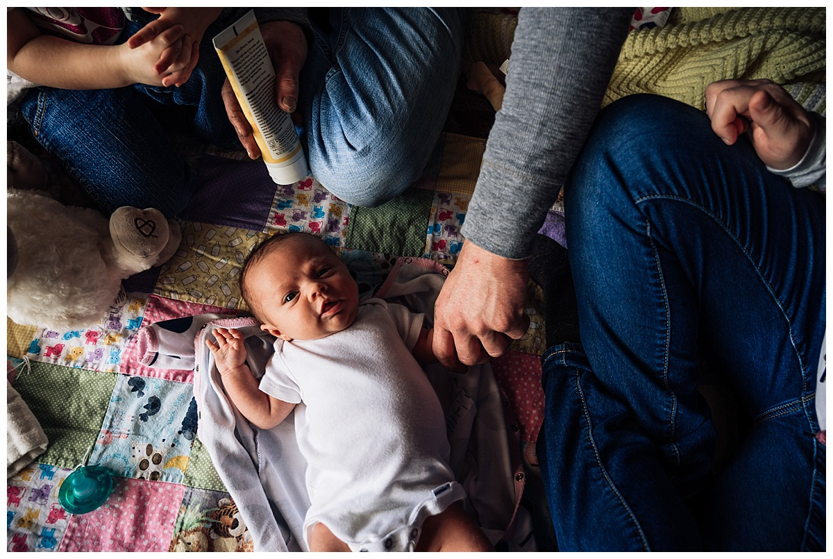 newborn-in-home-storytelling-photo-session_0178.jpg