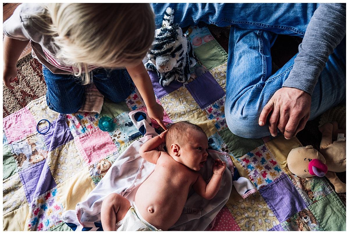 newborn-in-home-storytelling-photo-session_0180.jpg