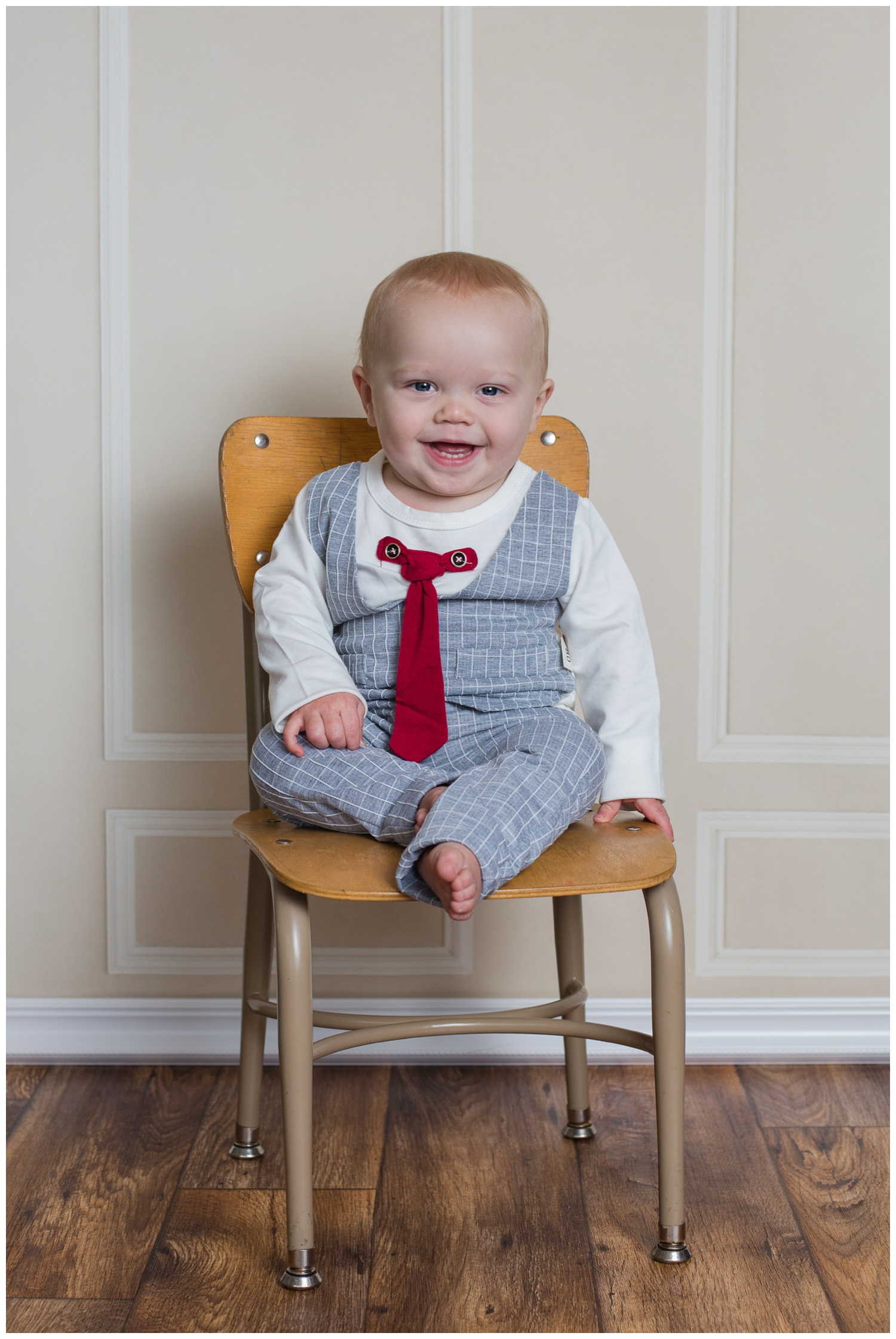 Beckett one year old portraits in chair