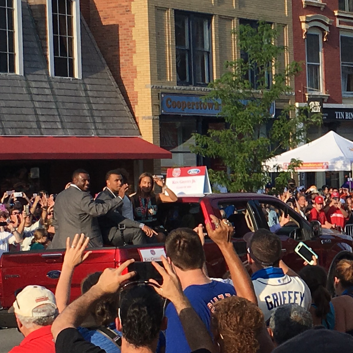 Griffey with his wife and two of his kids at the Hall of Fame Parade on July 24, 2016.