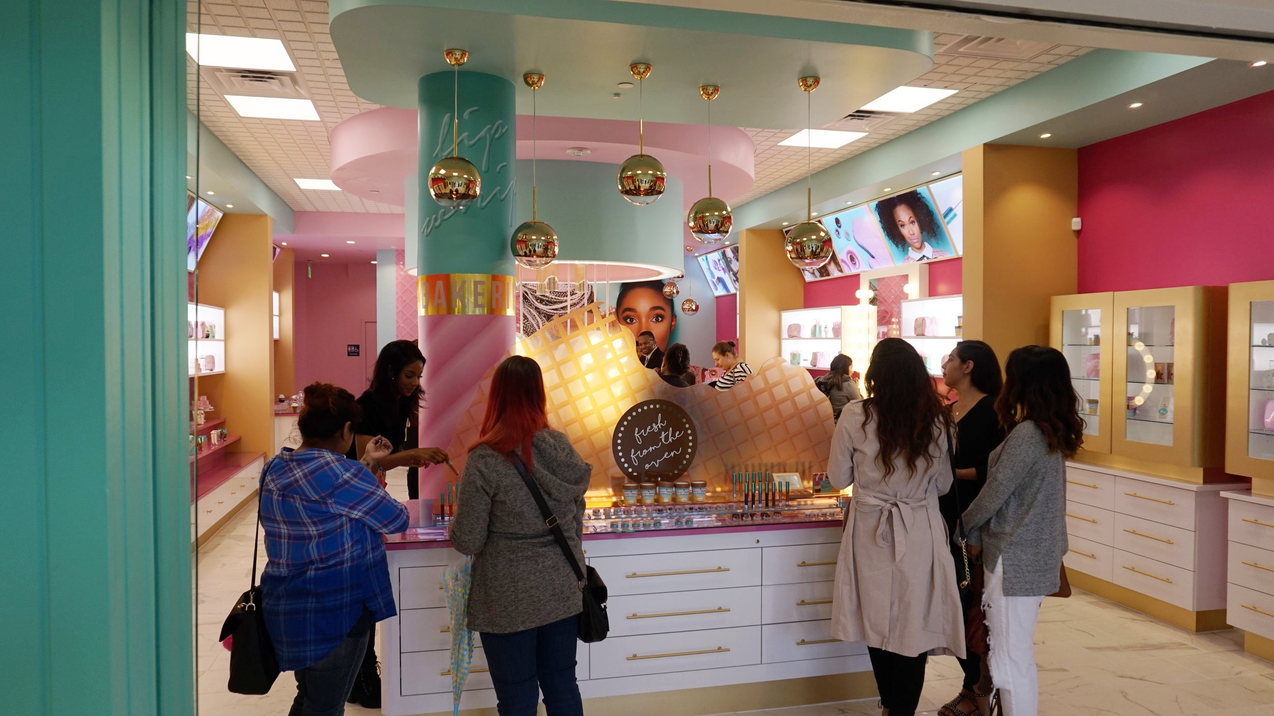 This inside of the store is super cute!!! it matches the Beauty Bakerie's concept perfectly!!!! The brand's theme is revolved around sweets and bakery items.