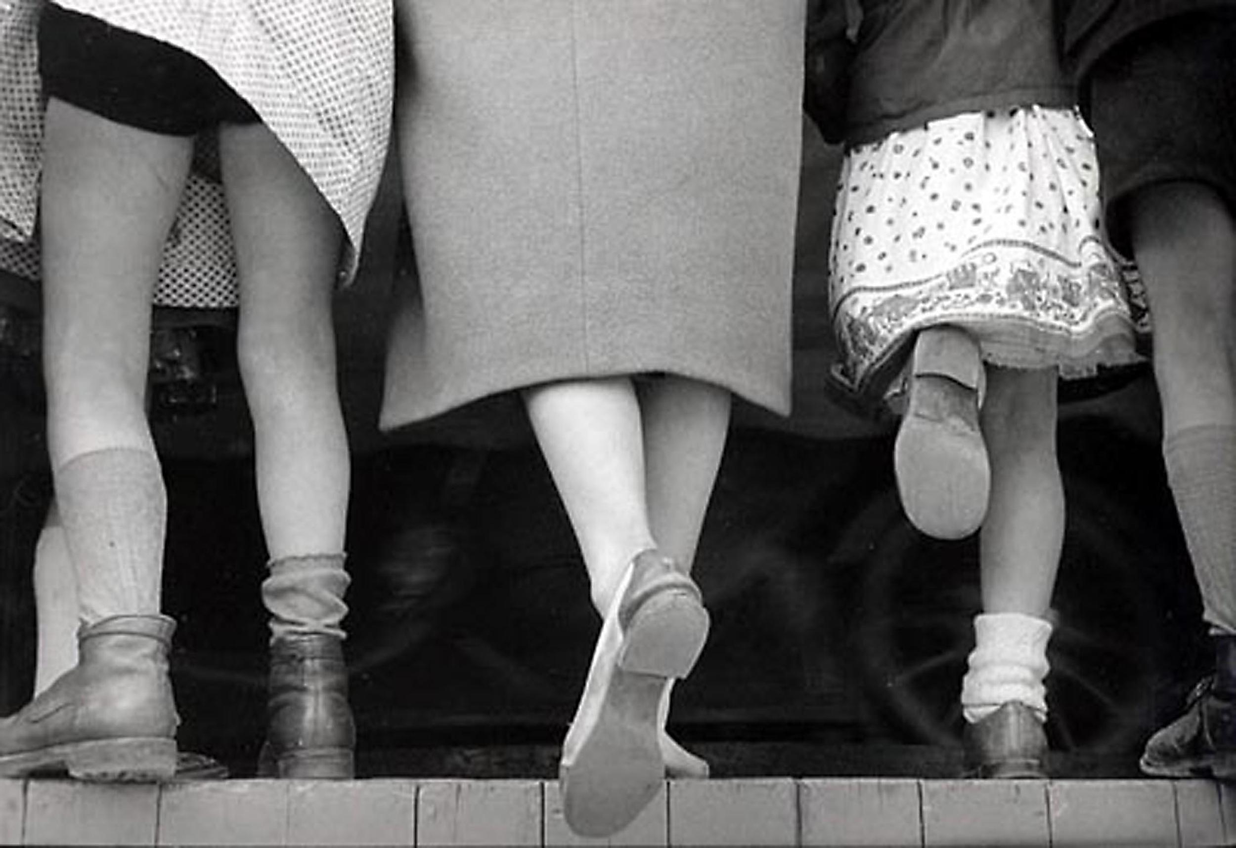 HANNON_three_girls_tivoli_gardens_(copenhagen)_1956_high.jpg