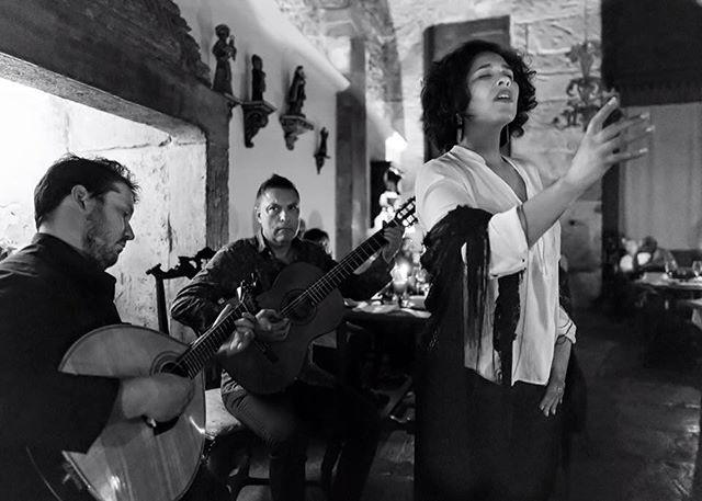 :: O Nosso Fado :: Vânia Duarte, uma das fadistas residentes da Casa de Linhares. Venha visitar-nos! #Fado #CasaDeLinhares #Alfama #Lisboa #tradicional #tradição #melhorfadodacidade #restaurante #gastronomia #bacalhaudemolho #jorgefernando