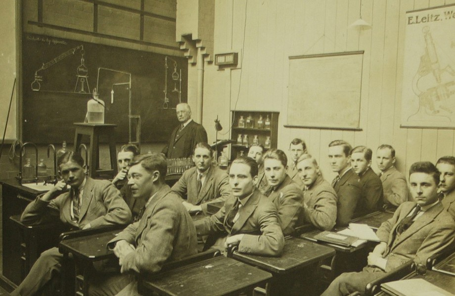 A genuine picture from the British School of Malting and Brewing. Rumour has it that Mr. Pie attended this class about the same time as Dr. Lyons.