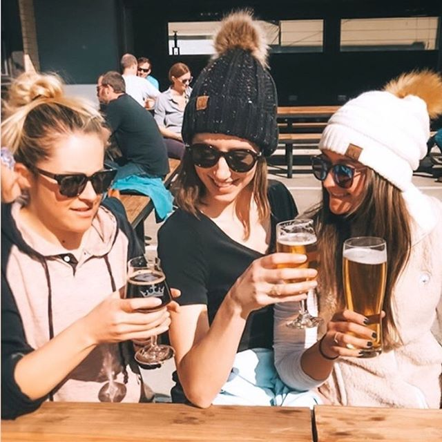 Sunshine and good times 🍺❄️  #flossyposse   #mygirls   #sohappy  @elswaine   @jazmin_stoner