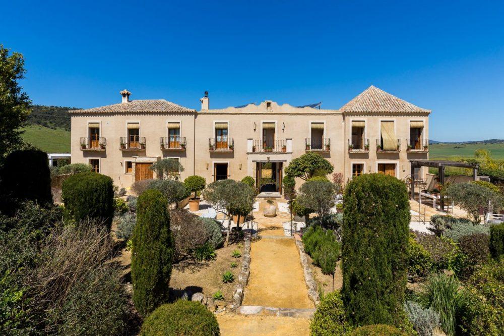 Casa-la-siesta-Front-and-garden-e1477045870177.jpg