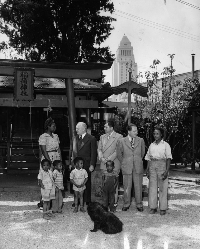 Mayor Bowran speaks to Bronzeville residents during a cleanup effort, c. 1944  via