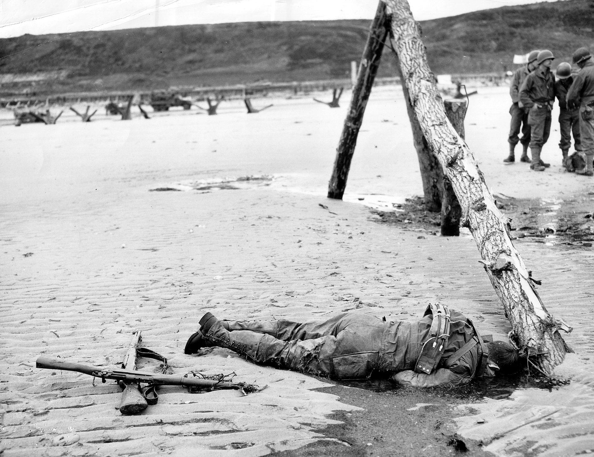 1920px-Omaha_Beach_American_Casualty.jpg