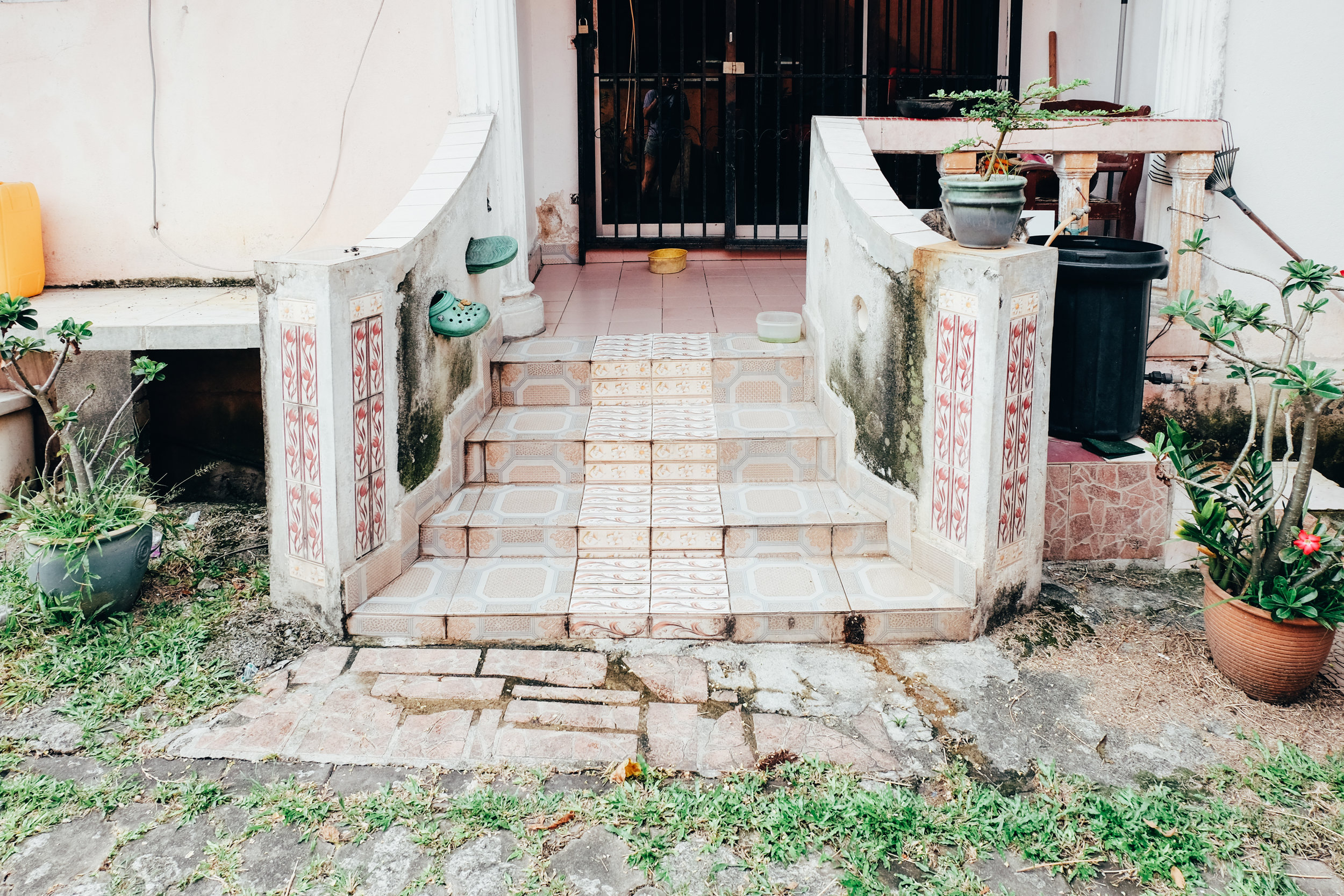 we walked along a back alley & found that some houses has such a welcoming back entrance too.