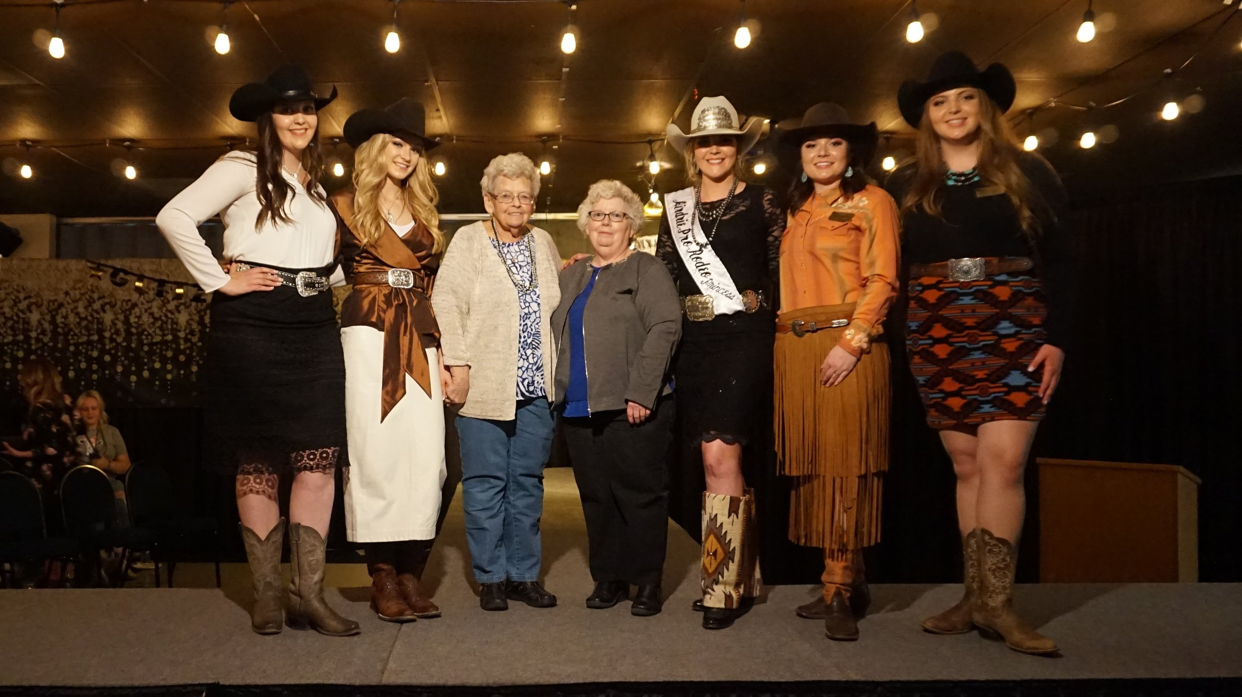 FS-Arlene and Lynn Olsen with contestants.jpg