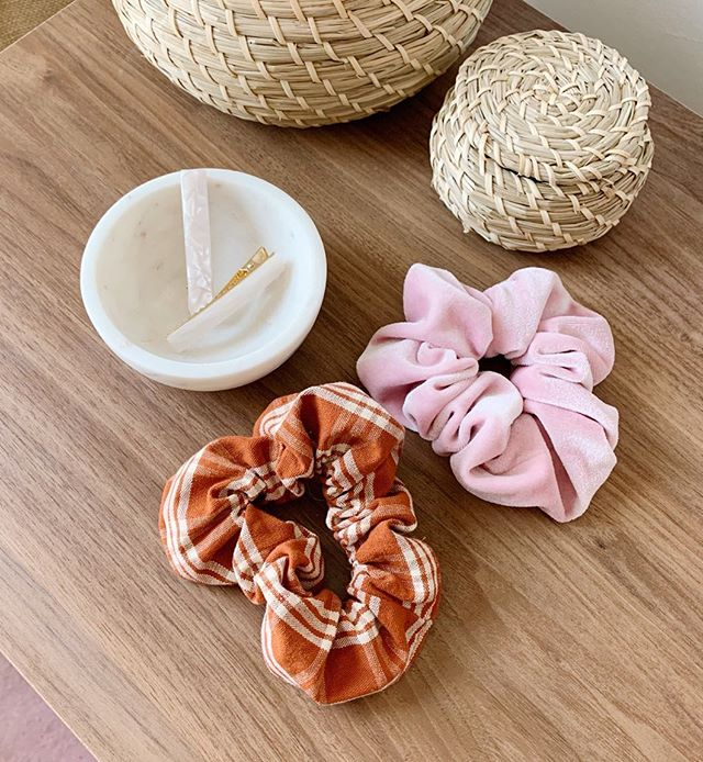 Spring weather always inspires me to introduce a little playfulness to my wardrobe 🌸  These sweet little scrunchies are made from upcycled fabric scraps by @millieandlou_ ♻️. These beautiful hair clips are made with eco friendly acetate by @foeanddear ✨. The material originates from wood pulp 🌱and can be used as an alternative to resin or acrylic.  Tap the link in bio 👆for the post!