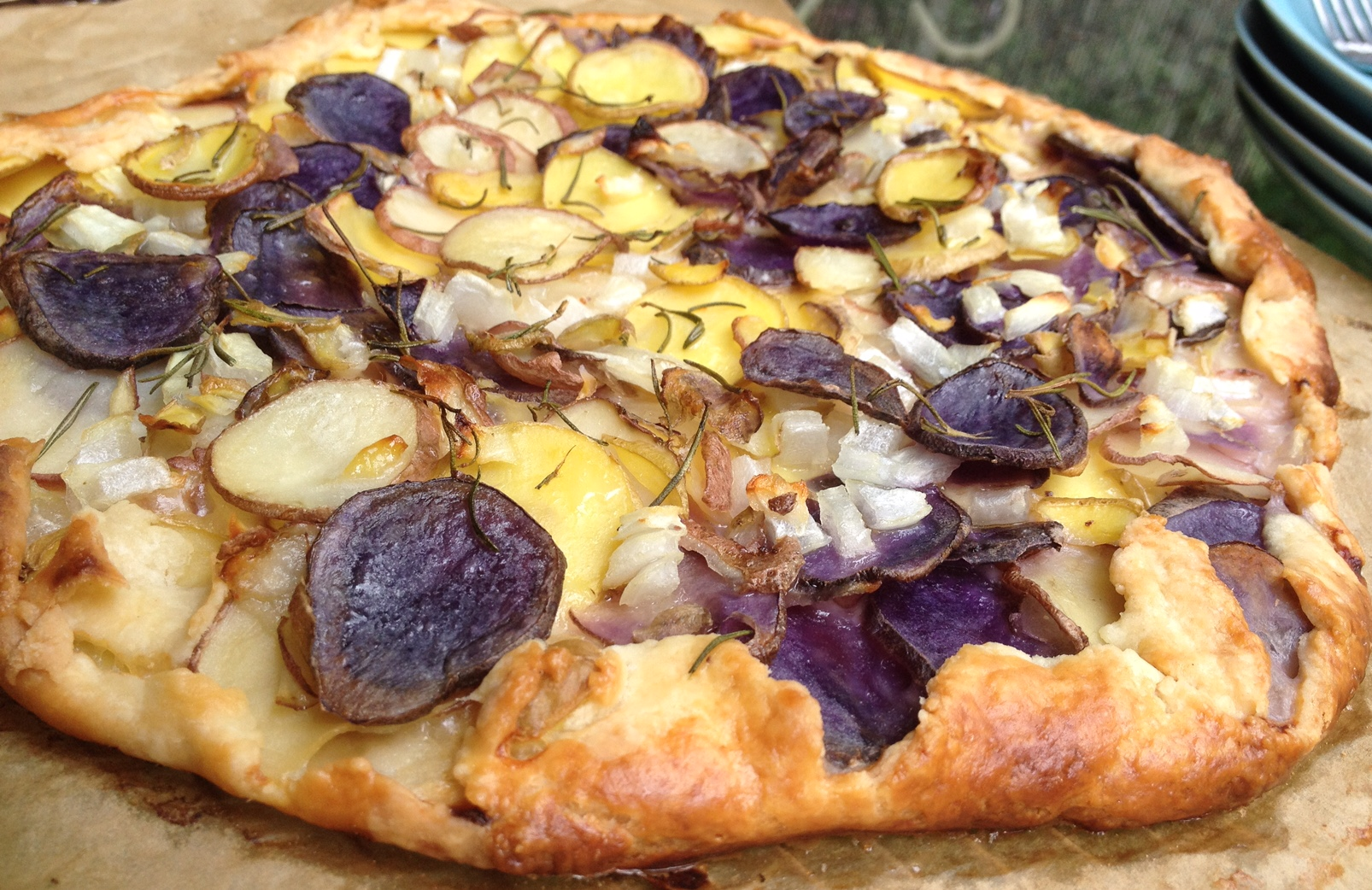 This beautiful rustic style potato tart is very simple to make !